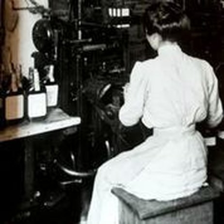 A woman places labels on Old Crow bourbon bottles sometime in the early 1900s. Photo: Oscar Getz Museum of Whiskey History / NPR