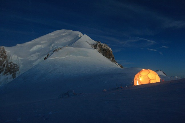 A drilling tent set-up at the Dôme mountain pass, at an altitude of 4,250m, on the summit of Mont Blanc. In 2016, ice cores will be collected from there and transported to Antarctica for storage.  Photo: Bruno Jourdain, LGGE/OSUG/UJF